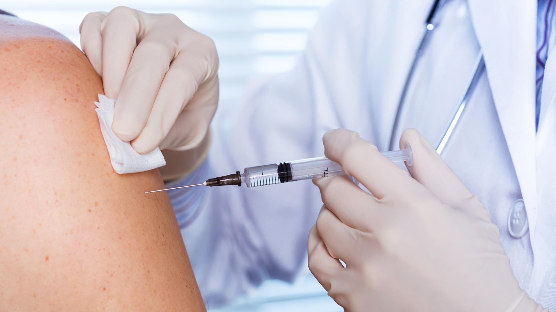 Schnelle Impfung: Einen vorbeugenden Schutz vor Grippe bietet eine Impfung, auf die vor allem vorbelastete Personen machen sollten.