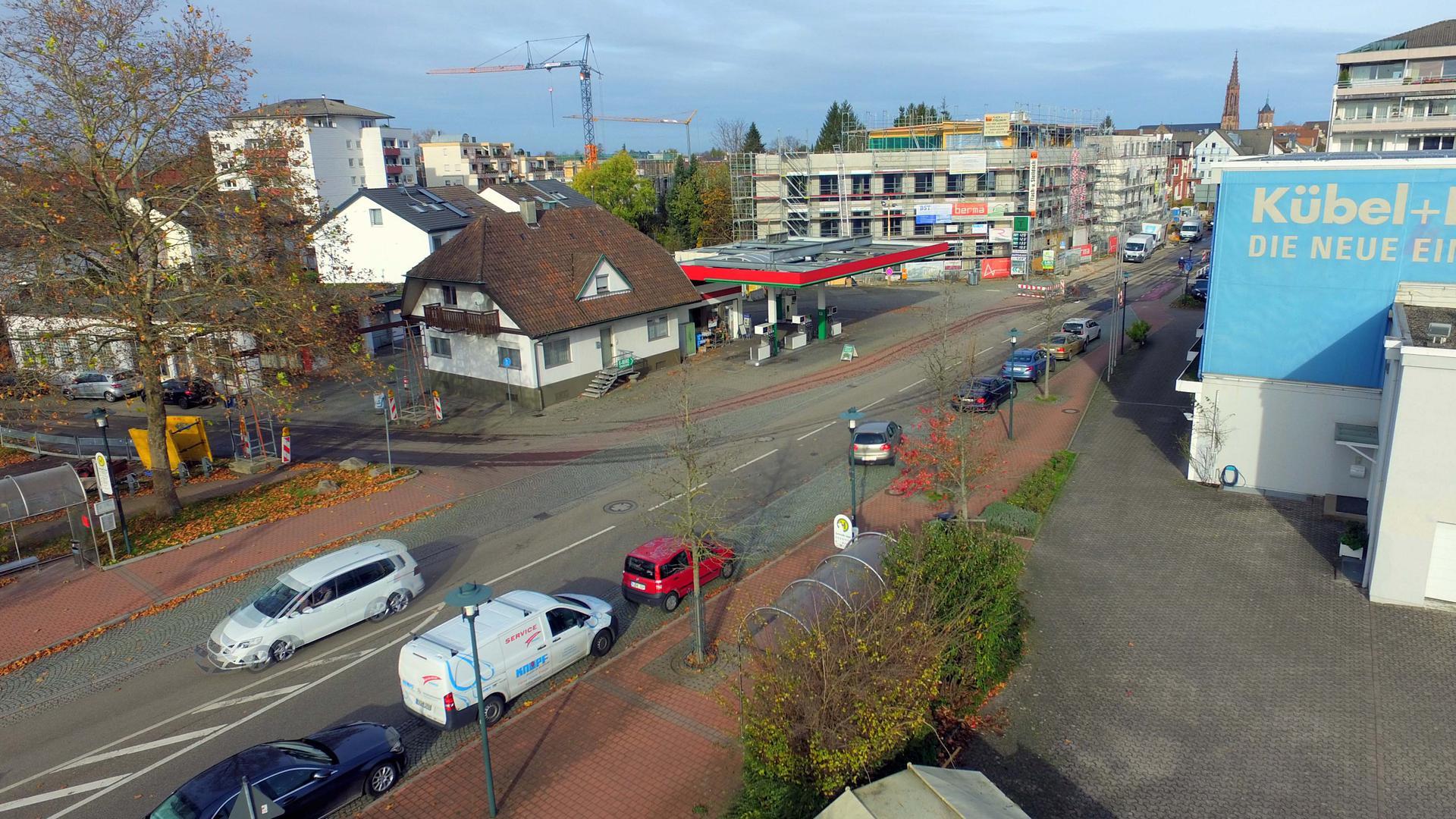 Parkplätze gefragt: Wegen der Vollsperrung der Hauptstraße parken Besucher der nahe liegenden Arztpraxen und Geschäfte nicht nur bei der Bushaltestelle.