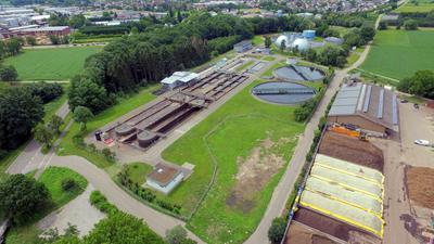 Blick auf die Kläranlage in Vimbuch: Der Ausbau um die vierte Reinigungsstufe zur Elimination von Spurenstoffen wurde wegen PFC-belasteten Bodens vorerst gestoppt.