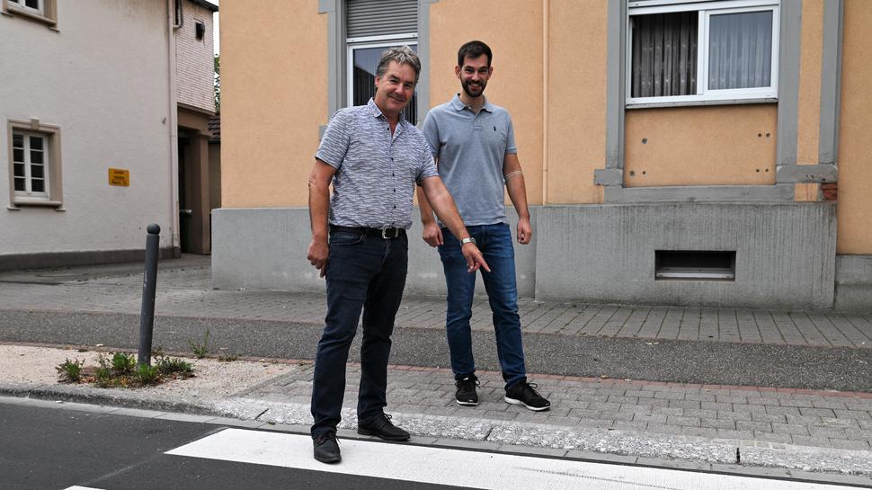 Abgesenkter Bordstein: Wolfgang Schuchter und Dominik Weiler vom Tiefbauamt der Stadt weisen auf Verbesserungen für Fußgänger in der Rheinstraße hin.