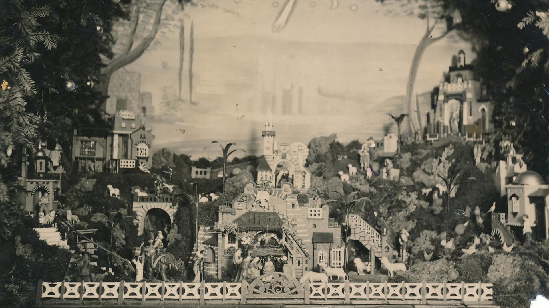 Große Weihnachtskrippe auf einer Bühne  mit orientalischen Gebäuden