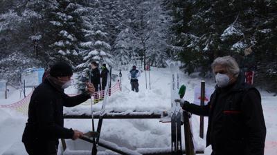 Ski und Service: Nach der Annahme der ausgeliehenen Langlaufski legen Mathias Reidel (links) und Mitarbeiter Jürgen Wick Hand an. Nach der Reinigung werden sie desinfiziert.