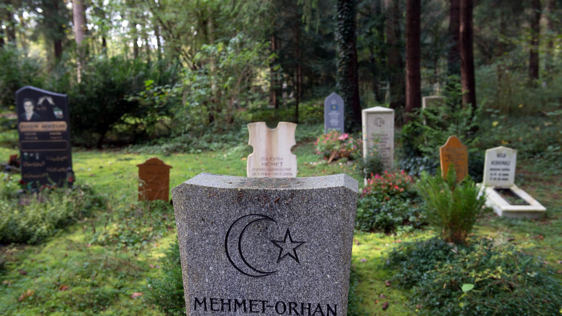 """Ein muslimisches Gräberfeld auf dem Münchner Waldfriedhof, aufgenommen am 24.10.2014 in München (Bayern). Auf diesem Friedhof entstand vor 50 Jahren bayernweit das erste muslimische Grabfeld. Foto: Peter Kneffel/dpa (zu dpa-KORR: """"Muslimische Bestattungen in Bayern"""" vom 25.10.2014) +++(c) dpa - Bildfunk+++ ff"""