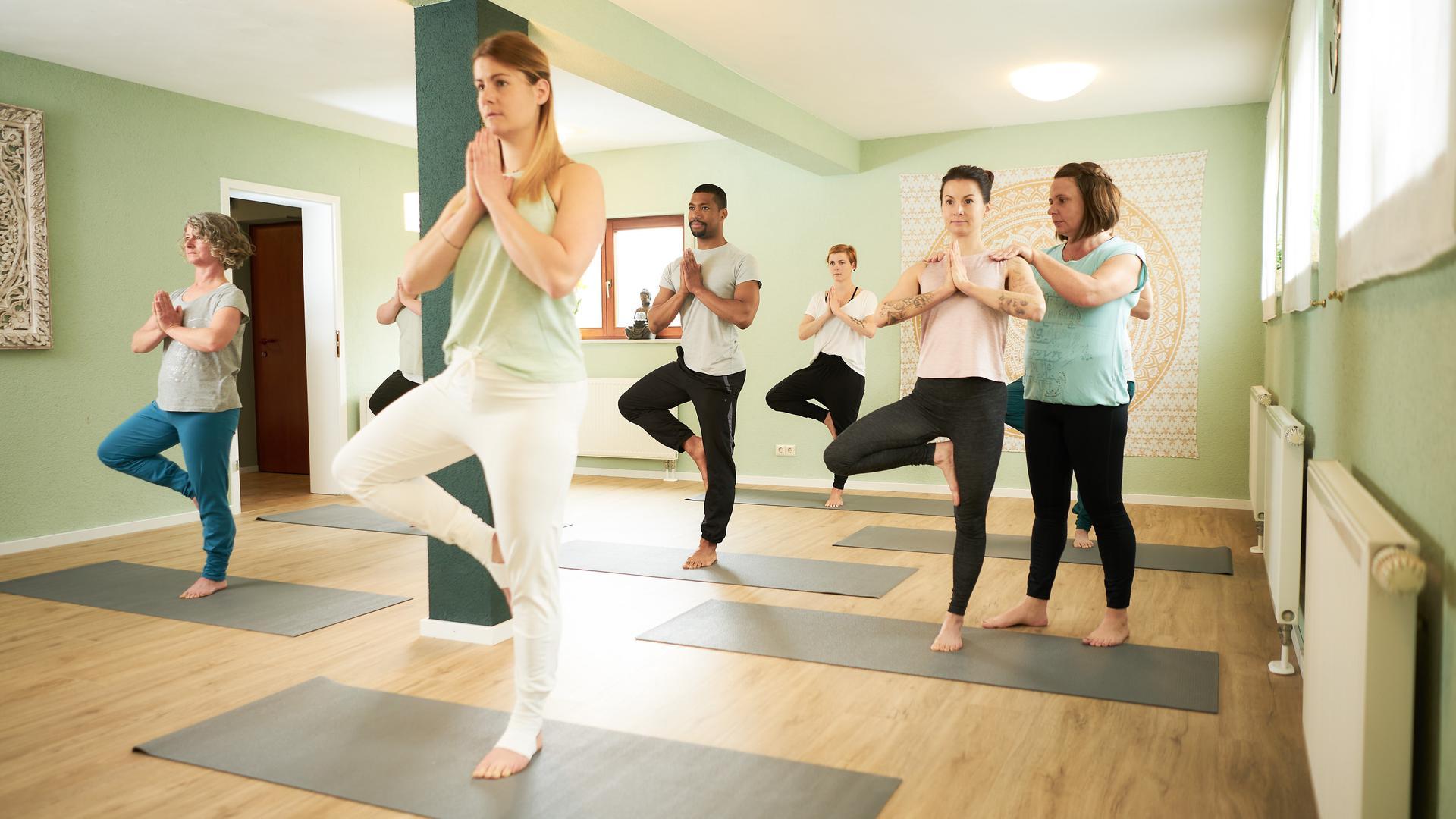 So sieht eine Yoga-Stunde in der Relaxzone vor Corona-Zeiten aus. Obwohl Nadine Bühler Online-Unterricht anbietet, stellt er für sie keinen Ersatz dar. Für sie kommt es beim Yoga auf das Zusammenkommen von Menschen an.
