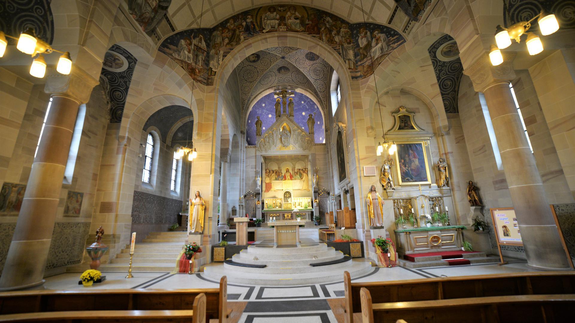 Die Ausstattung und Ausmalung aus der Erbauungszeit im frühen 20. Jahrhundert in der Neusatzer Kirche ist komplett erhalten.