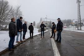 Der Ortschaftsrat sieht sich die Ortsdurchfahrt an.