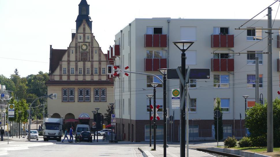 Geschichte trifft Moderne: im Hintergrund das Rathaus Schkeuditz