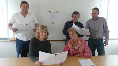 Beim Fragebogenstudium: (von links) Patric Kohler, Susanne Lindner, Gerda Royal, Uwe Burkart und Manuel Royal. Die ersten Bogen sind bereits ausgefüllt eingetroffen.