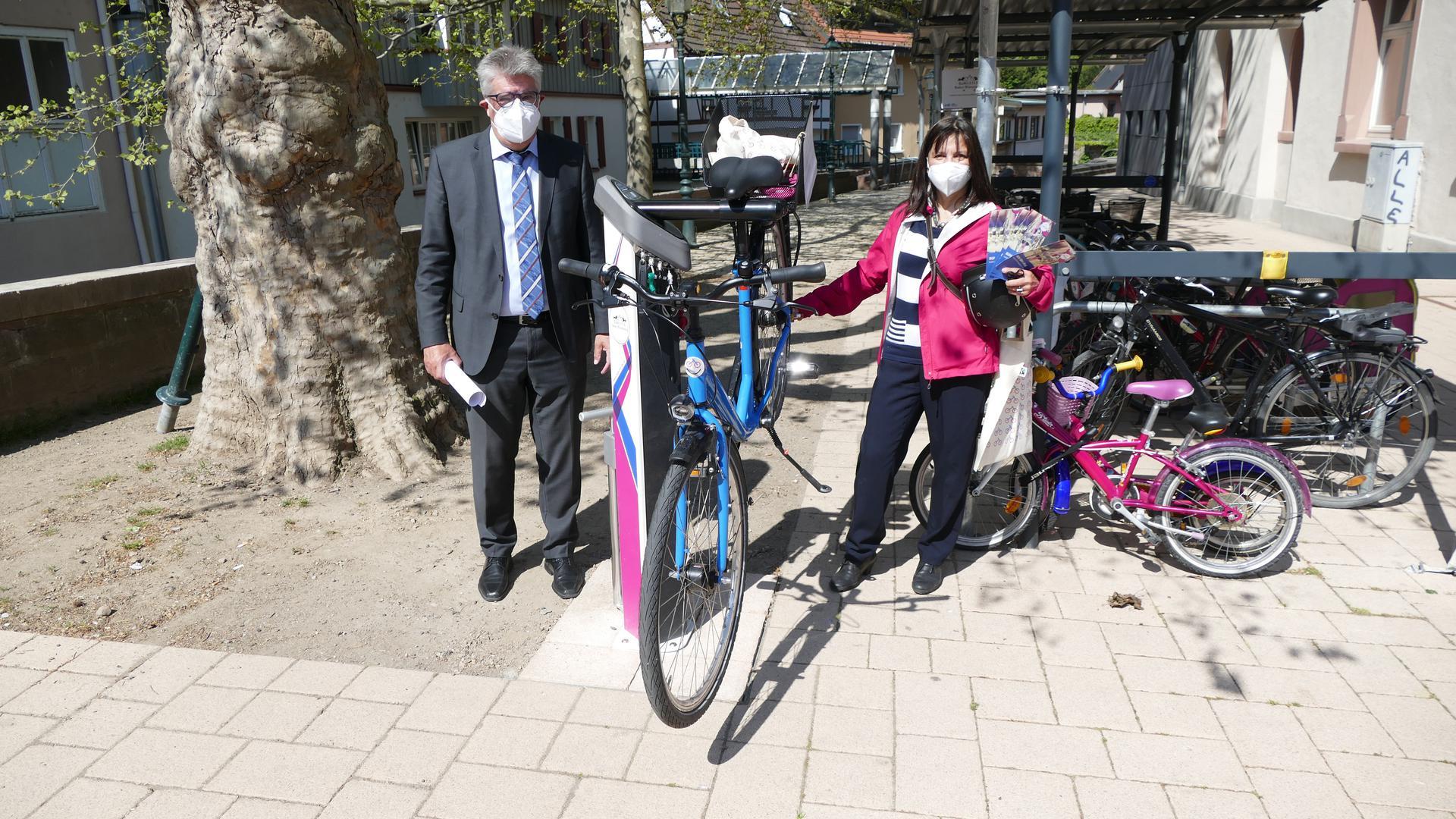Zwei Leute an Radsäule