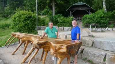 Zwei Männer vor Hütte