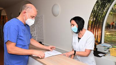 Der Bühler Hausarzt und Internist Martin Jutz und die Medizinische Fachangestellte Sabine Bergmaier stellen Rezepte aus.
