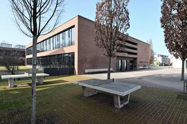 Der Pausenhof und die Realschule Bühl
