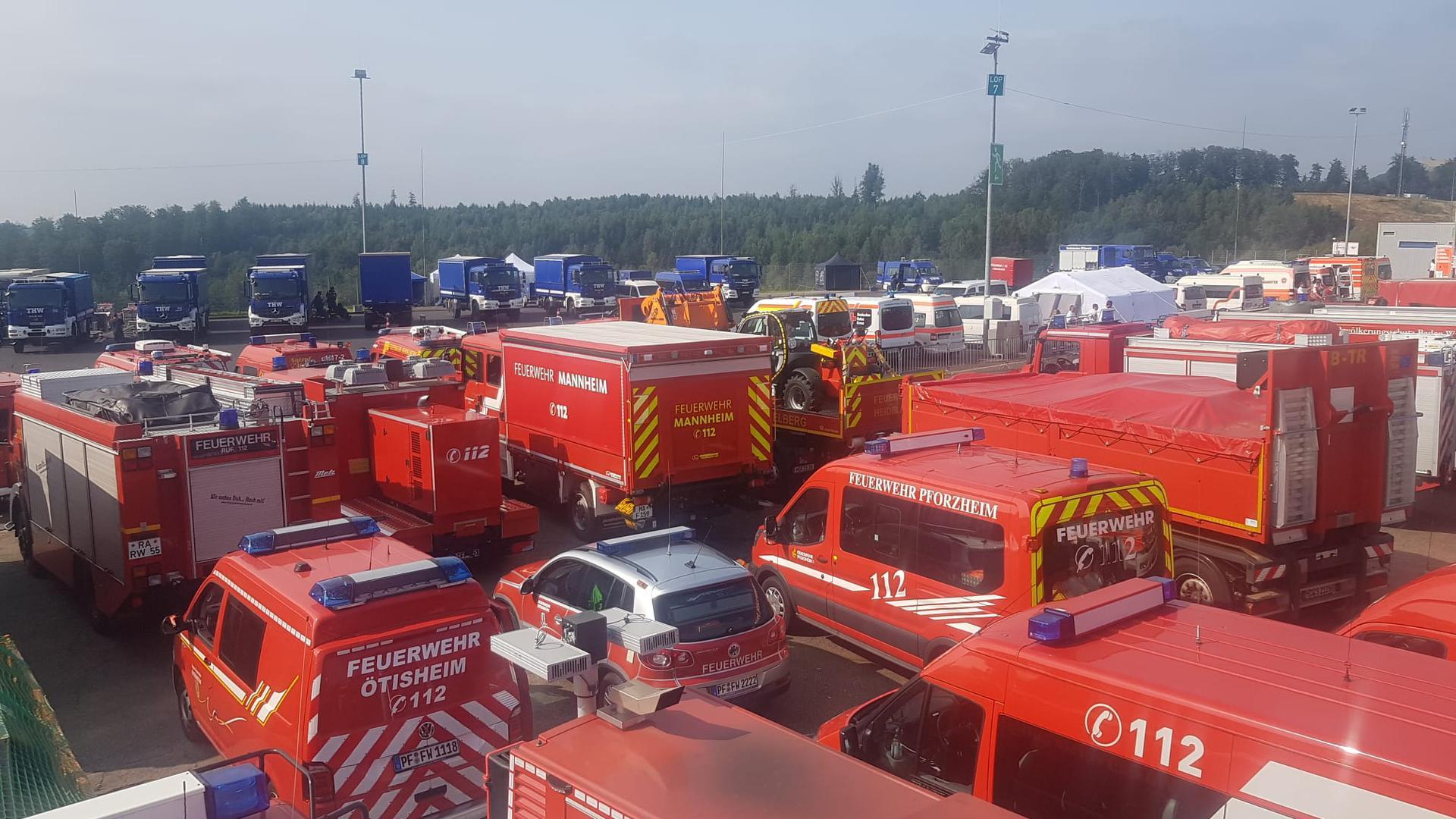 zahlreiche Feuerwehr-Einsatzwagen am Sammelpunkt beim Nürburgring