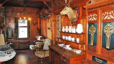 Wie im Museum: Die originale Ausstattung des Kurhauses Sand aus der Zeit um 1900 blieb weitgehend erhalten. Das 2014 entstandene Foto zeigt das Jagdzimmer.
