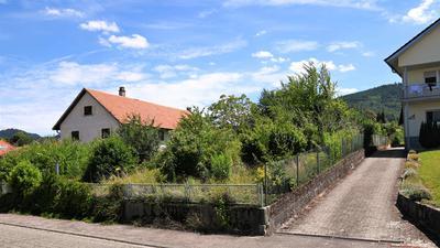 Umstrittenes Projekt: Vier Doppelhäuser sollen auf dem Gelände einer früheren Spedition (links) und der benachbarten Wiese in Kappelwindeck entstehen. Anwohner protestierten gegen das Bauvorhaben.