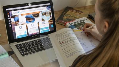 So oder so ähnlich dürfte es an den heimischen Lernplätzen der Schüler aussehen – ausschlaggebend für den Lernerfolg ist aber auch ein stabil funktionierendes digitales System.