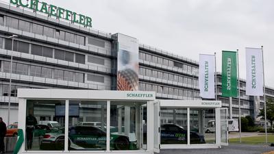 """Die Tech Cubes sind eröffnet. Zur Premieren-Ausstellung werden zwei DTM-Fahrzeuge mit Technik aus dem Hause Schaeffler präsentiert. Dabei stehen Innovationen, wie beispielsweise das """"Steer by Wire - Steuern mit Kabel"""" im Fokus."""
