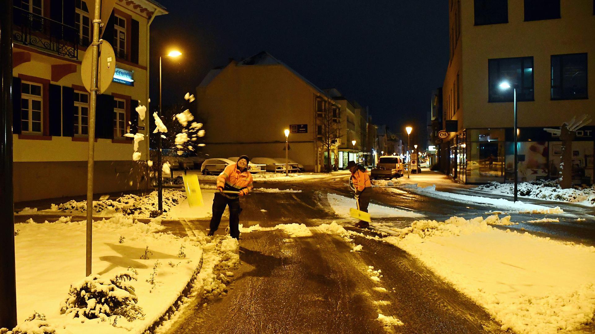 Schneeräumen war am Sonntagmorgen in Bühl Innenstadt angesagt