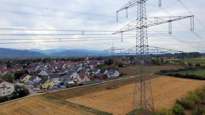 Bedrohlich: Die Stromleitung bei Weitenung überragt bereits jetzt das Dorf. Die neuen Masten sollen deutlich höher, die Kabel dicker werden.