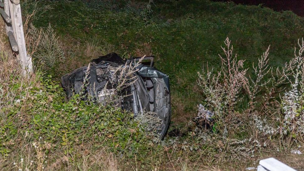 Bei einem Unfall auf der Autobahn 5 zwischen Achern und Karlsruhe kam am Samstagabend (8.8.2020) eine Familie mit ihrem VW-Bus von der Fahrbahn ab. Dabei starb ein Kleinkind, vier Menschen wurden schwer verletzt.