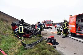 POL-OG: Bühl - Fahrzeug kommt von der Fahrbahn ab und überschlägt sich  Offenburg (ots) - Am Sonntagmorgen kam um 08:50 Uhr ein VW-Bus auf der BAB A5  nach der Anschlussstelle Bühl - in Richtung Karlsruhe fahrend - nach rechts von  der Fahrbahn ab und überschlug sich im Grünstreifen. Der Fahrer wurde im  Fahrzeug eingeklemmt und musste durch die Feuerwehr Bühl aus dem Wrack geborgen  werden. Alle Fahrzeuginsassen wurden beim Unfall verletzt. Während der  Unfallaufnahme musste die BAB A5 in Fahrtrichtung Norden komplett gesperrt  werden. Ein Rettungshubschrauber ist an der Unfallstelle im Einsatz. Als  mögliche Unfallursache kann Übermüdung beim Fahrzeugführer nicht ausgeschlossen  werden.  Anmerkung:  Dieser Unfall ereignete sich zwischen der AS Bühl in Richtung Baden-Baden, kurz vor der Raststätte Bühl. Es wurden sechs Personen leicht verletzt, eine Person schwer verletzt. Es waren fünf Rettungsfahrzeuge, zwei Notärzte bodengebunden und ein Rettungshubschrauber mit Notarzt im Einsatz, sowie die Feuerwehr Bühl.   DRF
