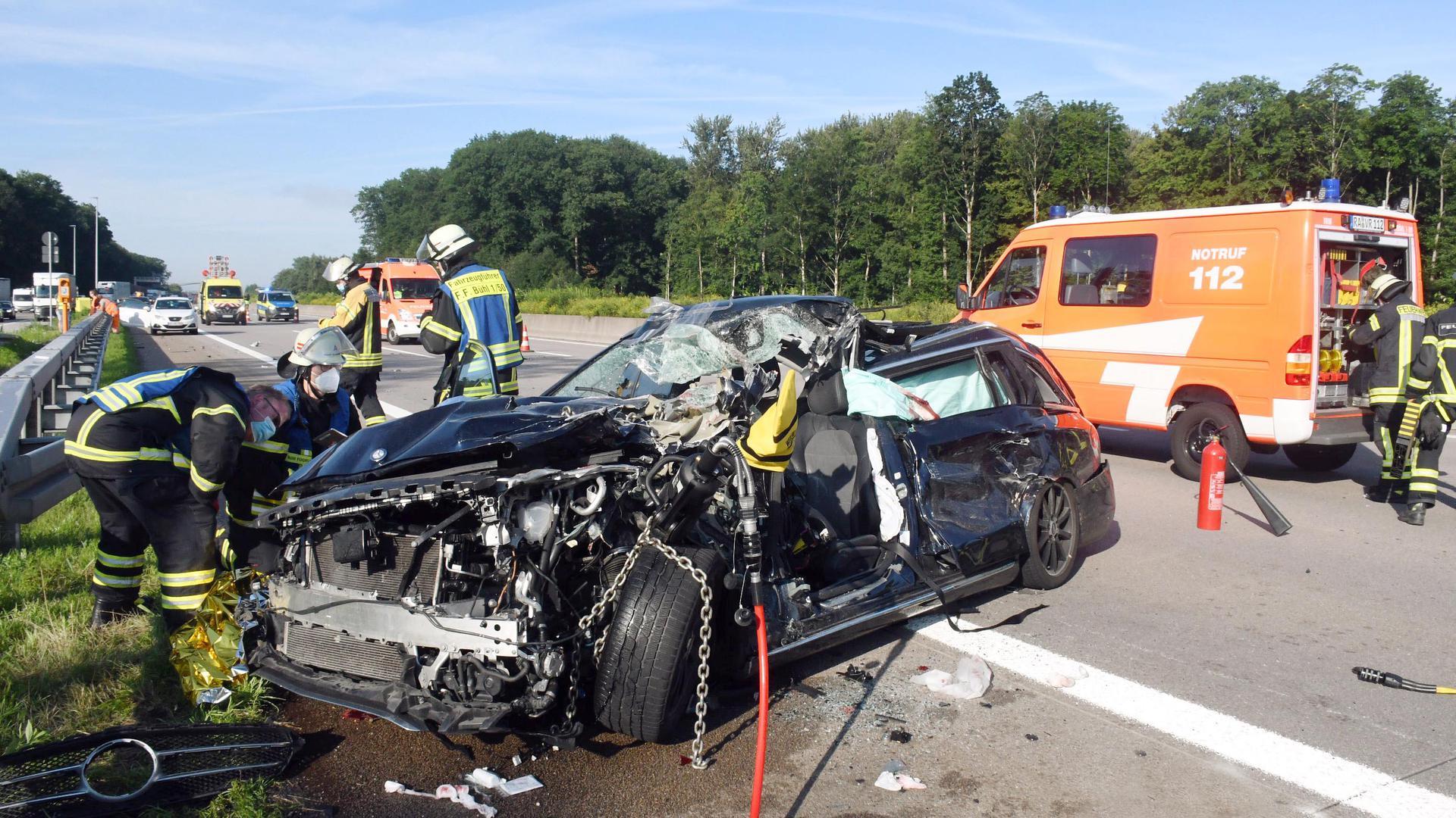 Ein geplatzter Reifen hat am Samstagmorgen auf der A5 bei Bühl für einen Unfall gesorgt: Der Reifen platzte am Wagen eines 65-Jährigen, der gegen 7.15 Uhr auf der Autobahn in Richtung Karlsruhe unterwegs war.