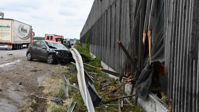 Ein Fahrzeug ist am Montag auf der A5 bei Bühl in die Lärmschutzmauer gekracht.