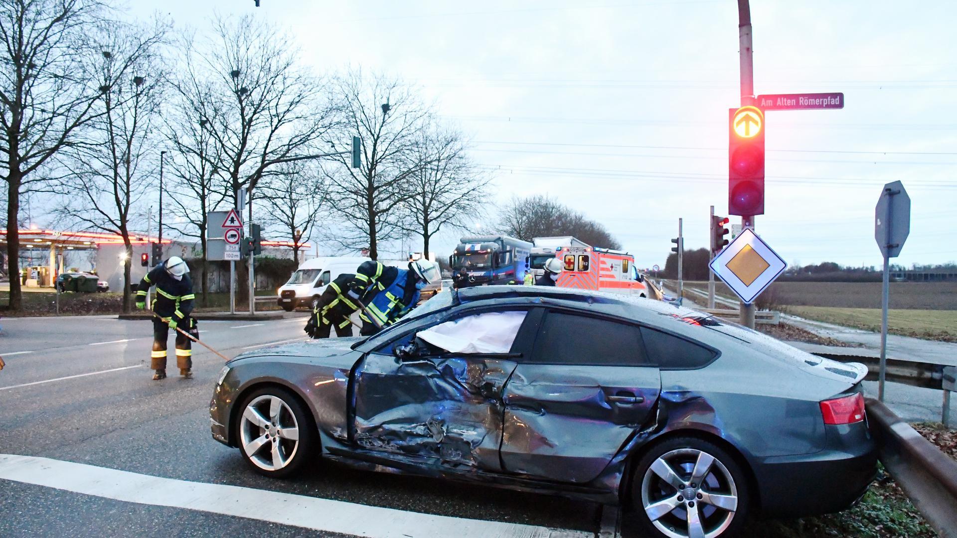 Bühl, L 85 - Nach Kollision mit Lastwagengespann verletzt  Bühl (ots) - Nach einer Kollision zwischen einem Lastwagengespann und einem Audi A5 musste die L 85 im Bereich der Abzweigung nach Vimbuch am Freitagmorgen im Berufsverkehr kurzzeitig komplett gesperrt werden - derzeit wird der Verkehr an der Unfallstelle vorbeigeleitet. Der Autofahrer wurde durch den Zusammenstoß verletzt und wurde mit einem Rettungswagen in ein umliegendes Krankenhaus gebracht werden. Nach bisherigen Erkenntnissen hat der Fahrer des Schwergewichts kurz nach 7 Uhr das Rotlicht einer dortigen Ampel missachtet und ist mit dem von Vimbuch in Richtung Autobahn abbiegenden Autofahrer kollidiert. Einsatzkräfte der Feuerwehr Bühl unterstützten die Maßnahmen an der Unfallstelle. Der Sachschaden an den Fahrzeugen dürfte im Bereich mehrerer Zehntausend Euro liegen.