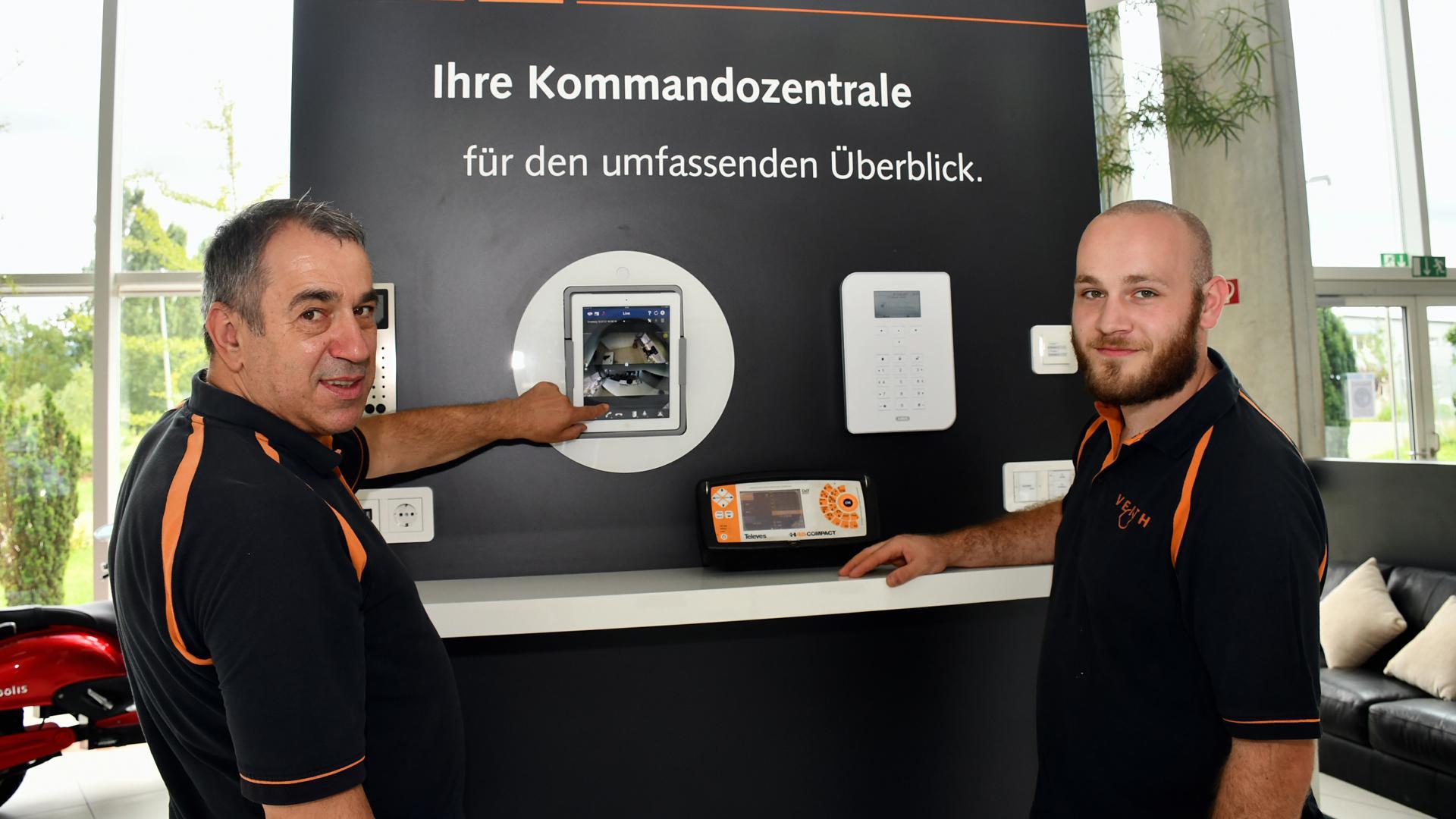 Neue Technik im Fokus: Alfred Veith (links) setzt bei der Ausbildung, hier Azubi Manuel Kleiner, auf erneuerbare Energien und die Vernetzung der Haustechnik.