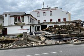 Nach der Flutwelle: Das Gebäude über dem Weinkeller ist ebenfalls von den vorbeirauschenden Wassermassen schwer beschädigt worden.