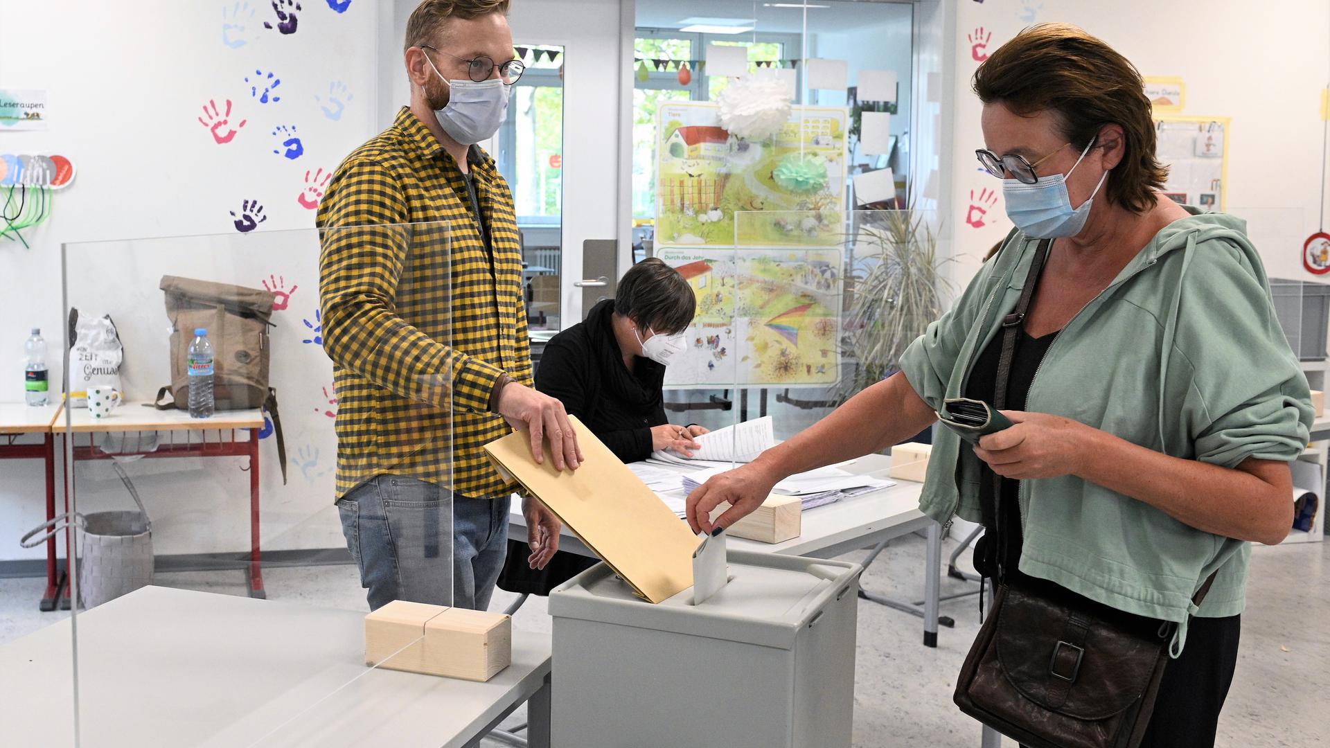 Hohe Wahlbeteiligung: Eine Wählerin gibt im Wahllokal in der Aloys-Schreiber-Schule in Bühl ihre Stimme ab. Nach der Landtagswahl vor einem halben Jahr galten wegen der Pandemie für die Bundestagswahl erneut strenge Hygienevorschriften.