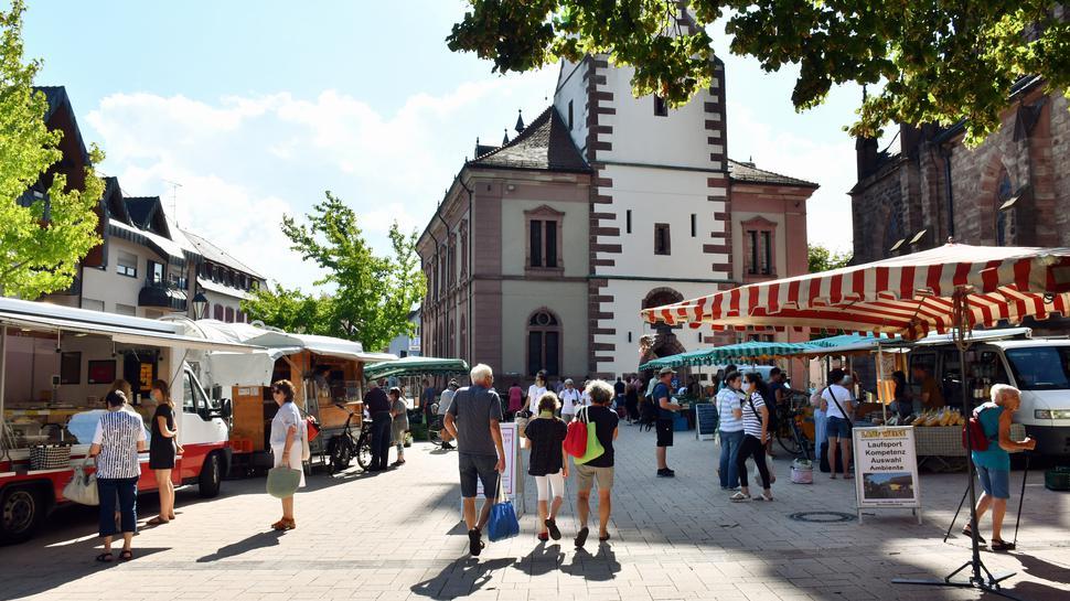 Vom Umbau profitiert: Die Umgestaltung von Markt- und Kirchplatz hat eine neue und großzügere Anordnung der Stände ermöglicht.