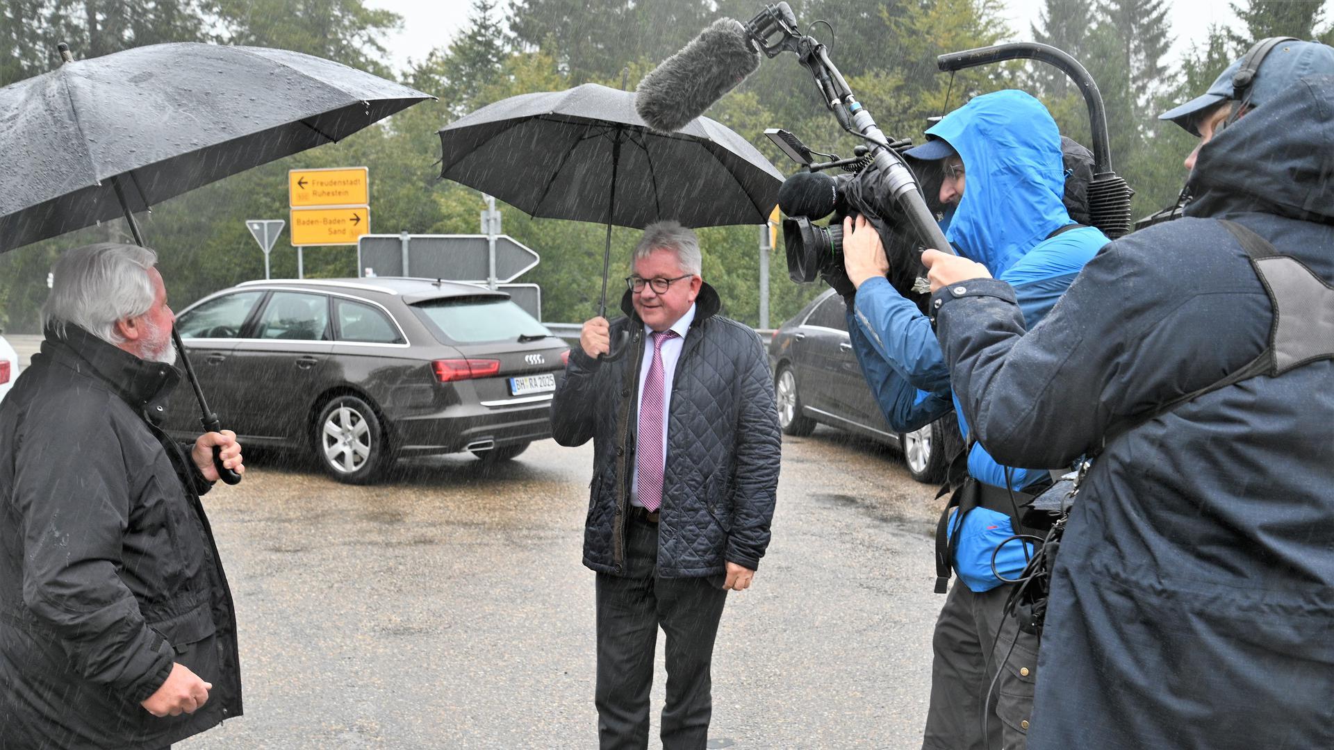 Von Journalisten umringt: Justizminister Guido Wolf bei seinem Besuch an der Schwarzwaldhochstraße.
