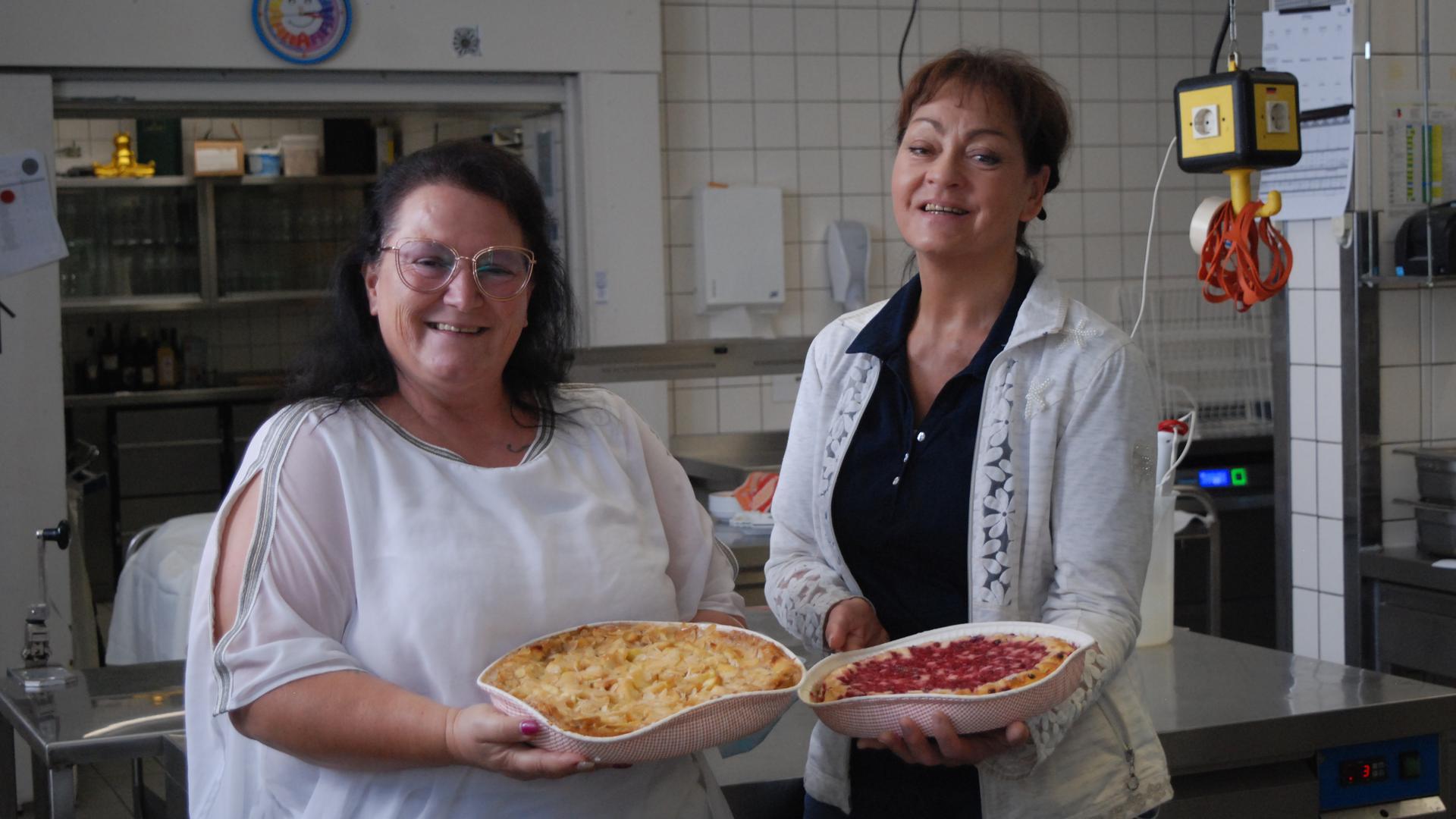 Zwei Frauen mit Kuchen
