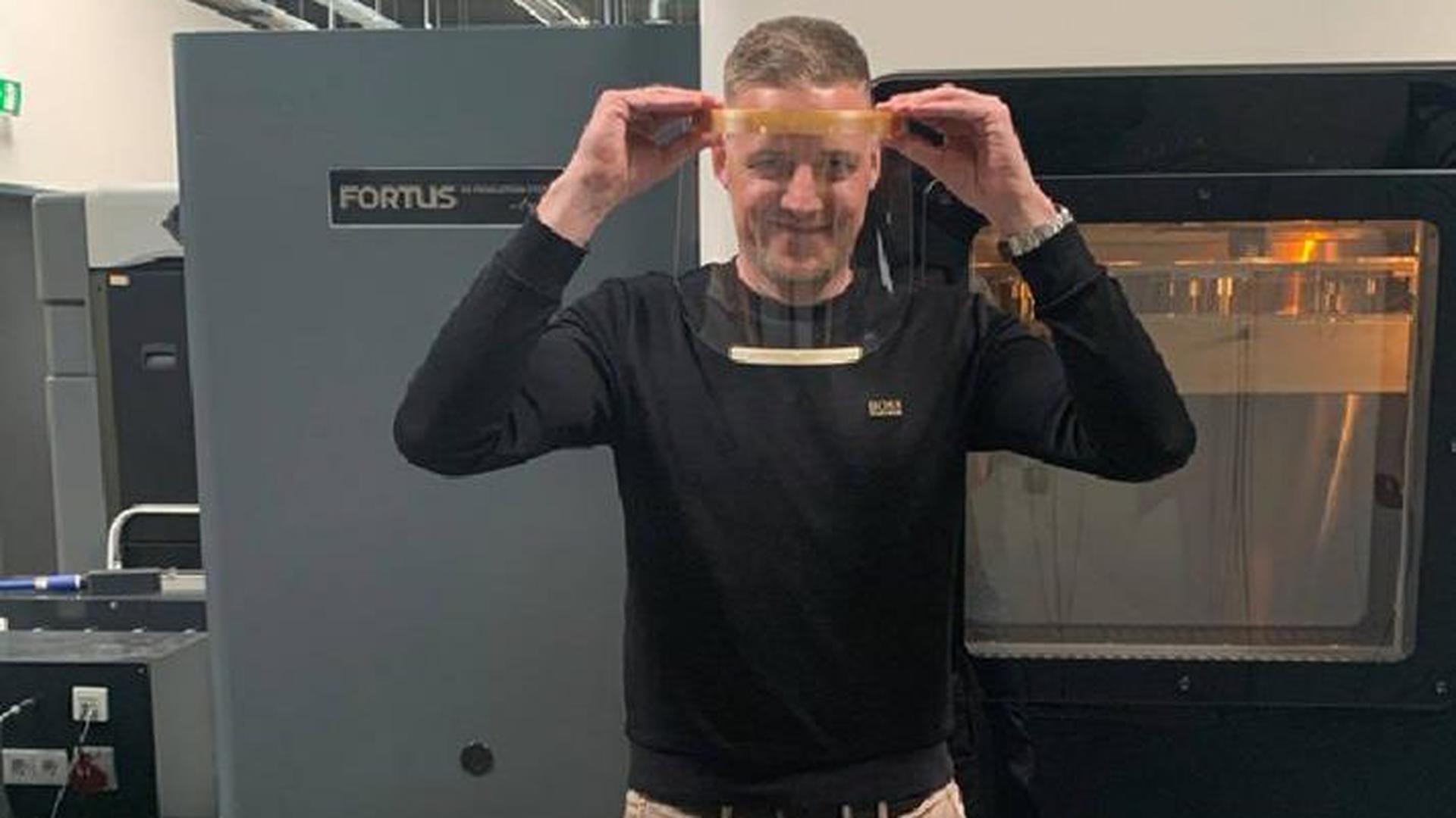 Hat den Durchblick: Andy Langfeld, Geschäftsführer der Stratasys GmbH, präsentiert eine Gesichtsschutzmaske aus eigener Herstellung.