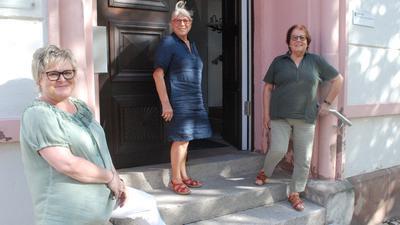 Petra Reisewitz, Erika Otto und Anni Schneider (von links) vor dem Alten Schulhaus, wo das Bürgerbüro noch bis zum Herbst untergebracht ist. Viele Besucher finden derzeit nicht hierher: Zu groß ist die Verunsicherung.