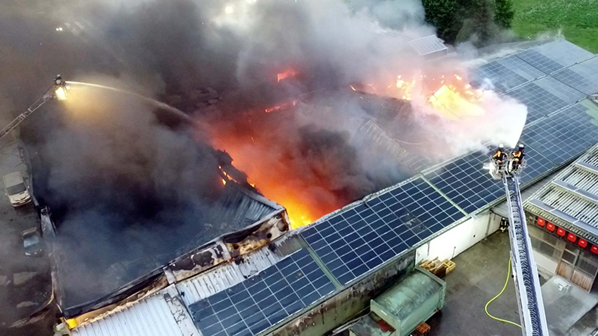 In Bühl brennt eine Lebensmittelfirma. Die Feuerwehr ist mit mehreren Abteilungen im Einsatz.
