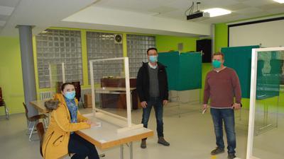 Wahllokal mit drei Personen