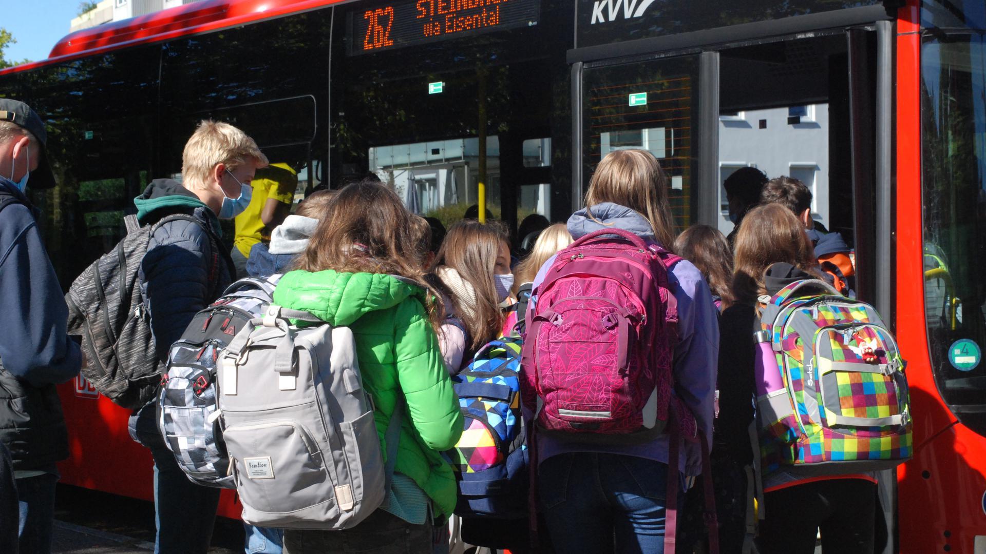 An ihren Schulen sind die Schüler (hier an der Haltestelle des Windeck-Gymnasiums) strengen Regeln unterworfen; vor und im Bus sind Mindestabstände aber oft nicht einzuhalten.