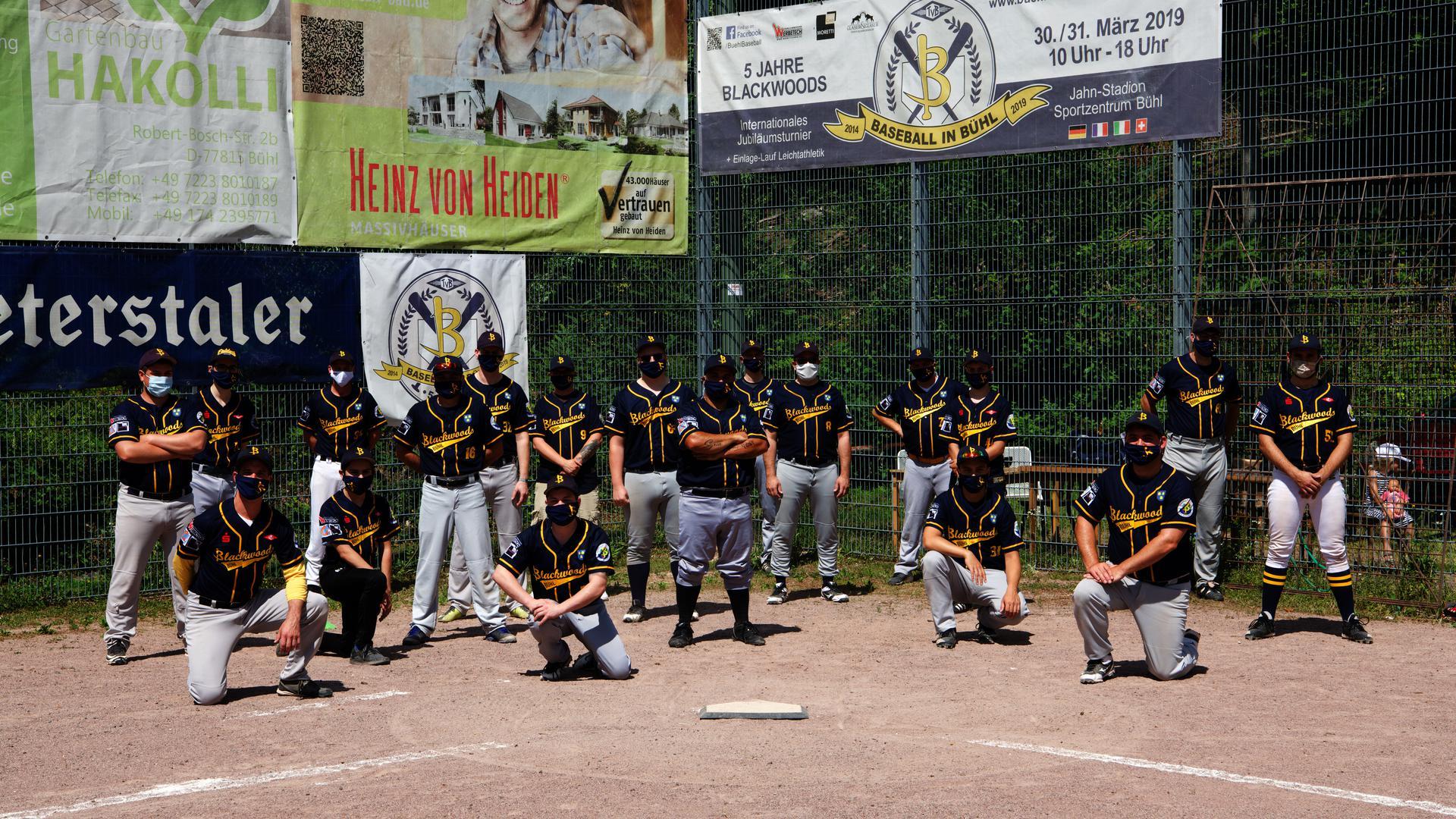 Baseballteam Blackwoods Bühl stellt sich zum Teamfoto mit Maske