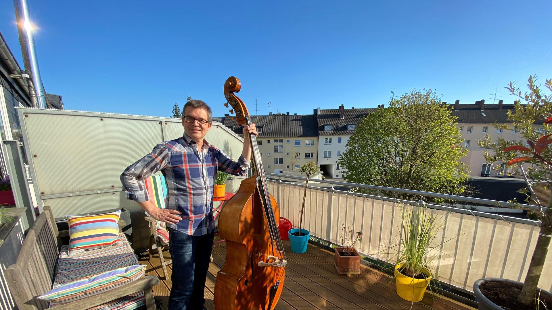 """Musikeinlage auf den Balkon: Patrick Fuchs nach der vielbeachteten Aktion """"Essen spielt und singt das Steigerlied"""" am 5. April."""