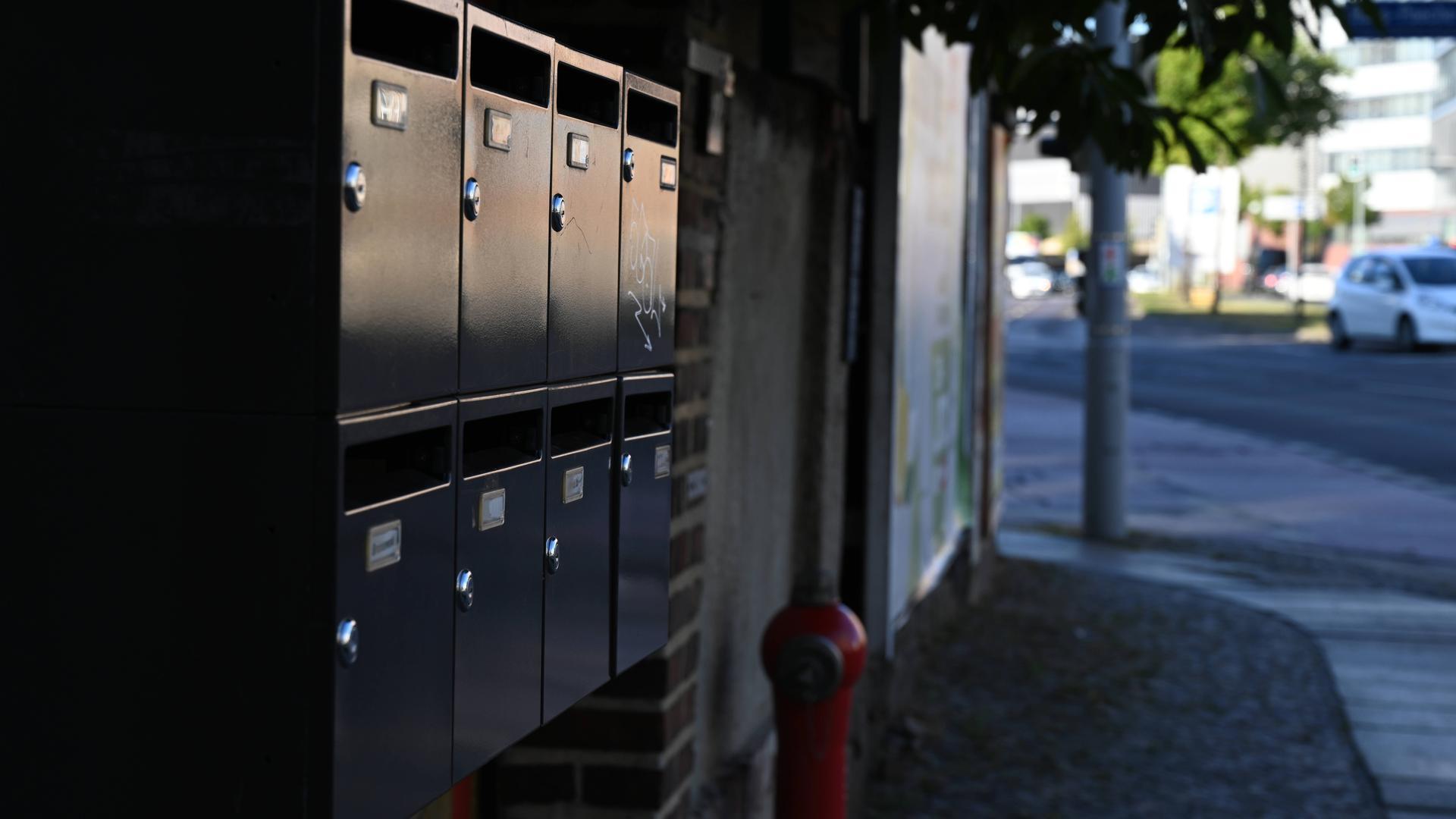 Eine Reihe von Briefkästen an einer Hauswand