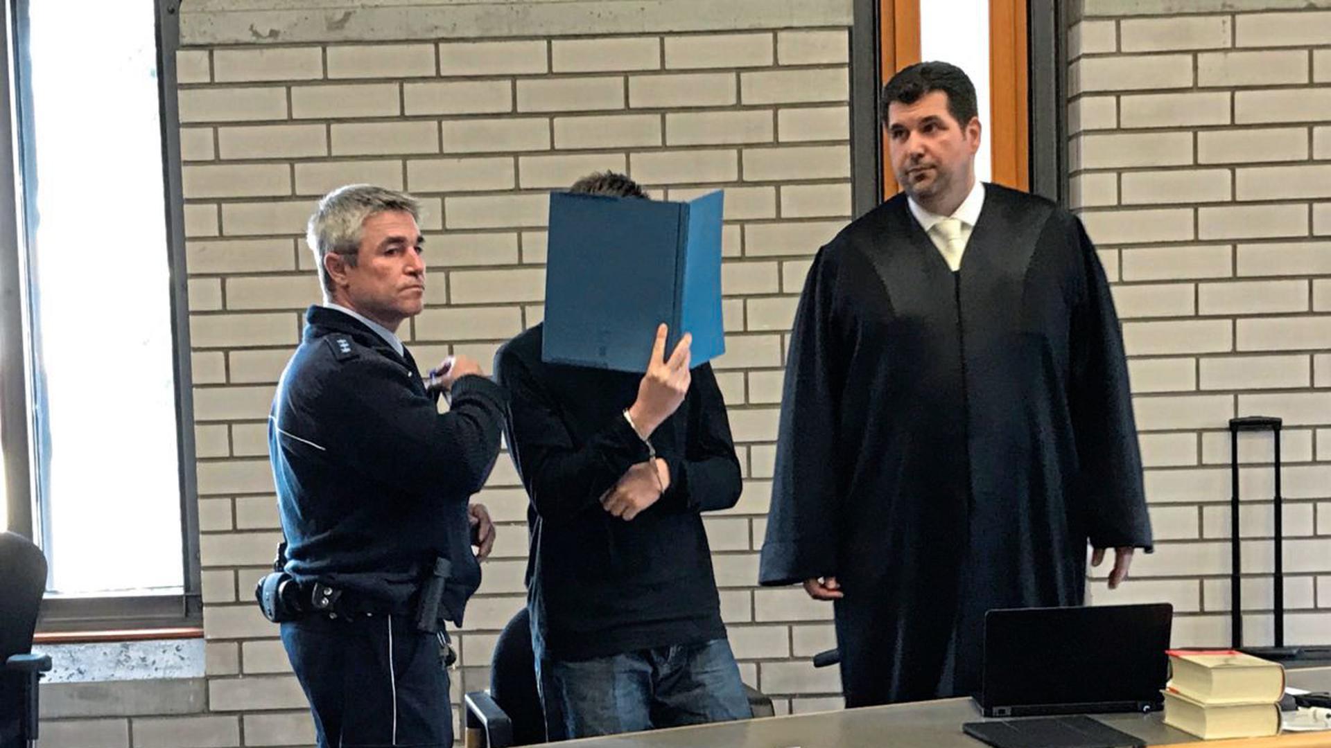 Unter großem Publikumsinteresse hat am Montag vor dem Landgericht in Baden-Baden der Mordprozess gegen einen 24-Jährigen begonnen. Er soll in Bühlertal seine Ex-Freundin ermordet haben.
