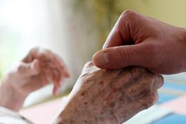 Hilfe zu Hause: Betagte Senioren, die von Pflegedienst und Angehörigen daheim versorgt werden, müssen auf eine Corona-Impfung warten.