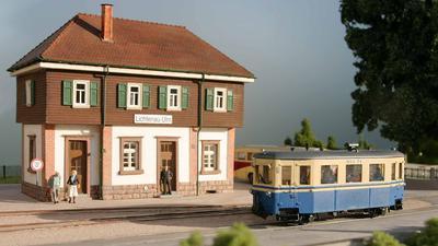 Modellbahnhof mit Zug