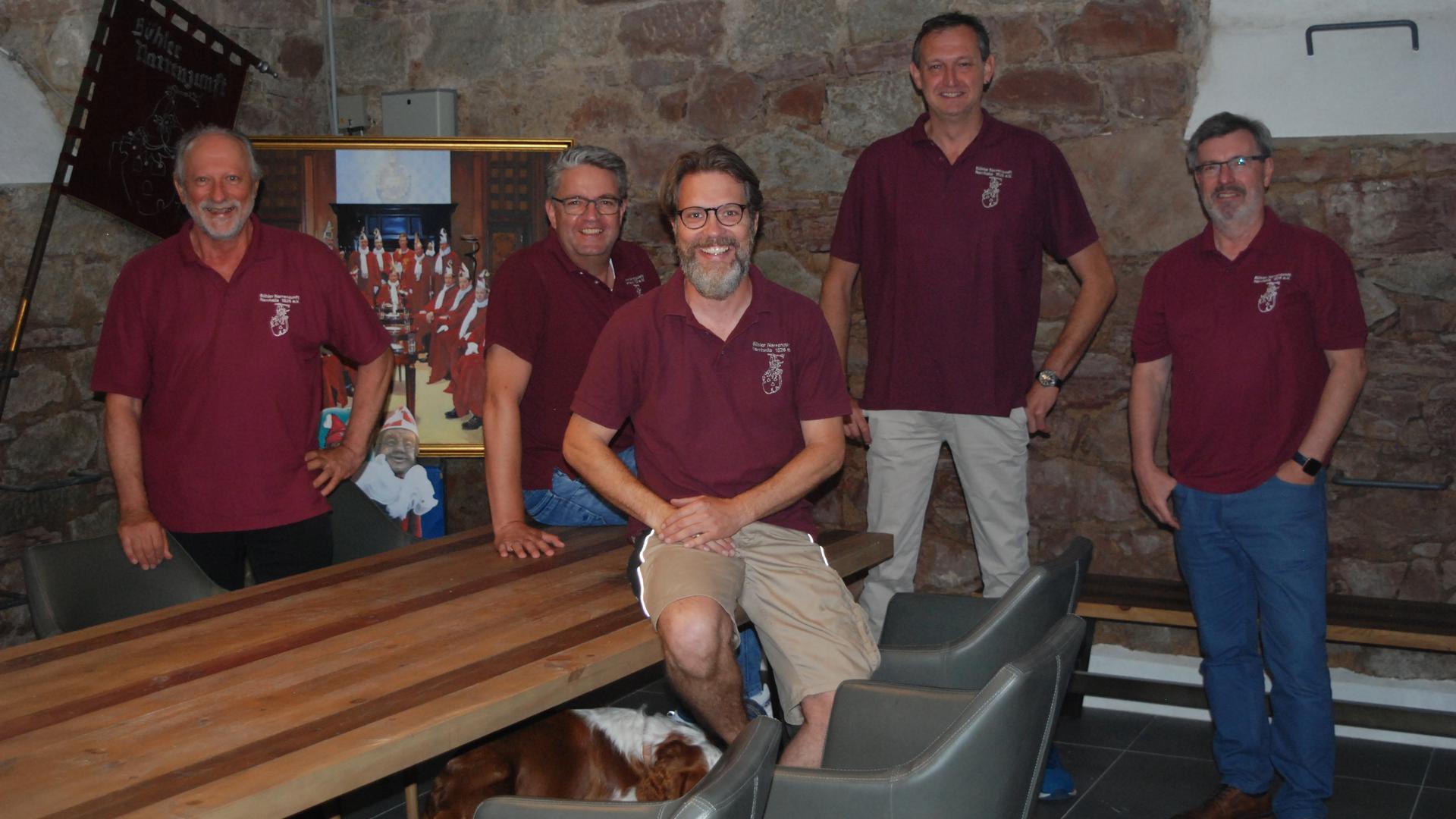 Fünf Männer im identischen T-Shirt