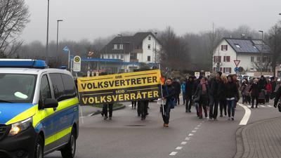 """Kundgebung und """"Spaziergang"""": Von dem Platz vor der Ottersweierer Wallfahrtskirche Maria Linden ziehen die Demonstranten in Richung Ortsmitte."""