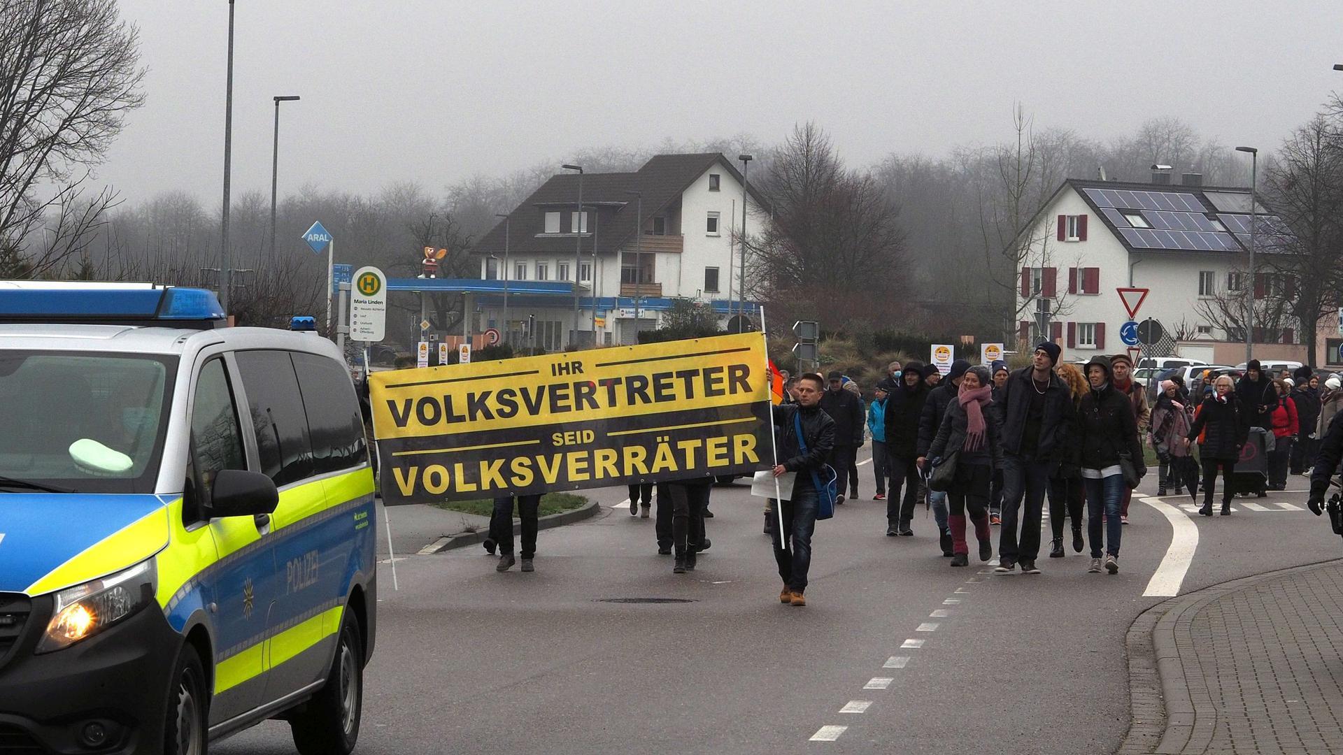 """Kundgebung und """"Spaziergang"""": Von dem Platz vor der Ottersweierer Wallfahrtskirche Maria Linden ziehen die Demonstranten in Richtung Ortsmitte."""