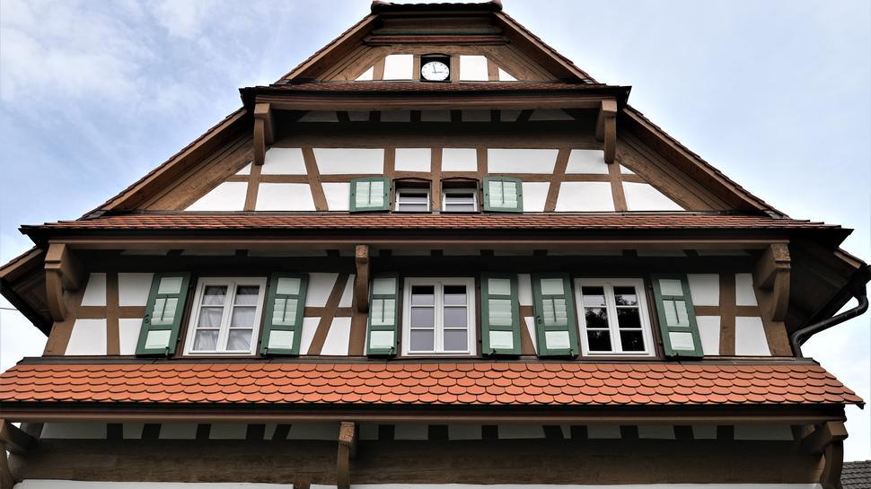 Drei Wetterdächer: Der Giebel des schönen Fachwerkhauses wurde sorgfältig restauriert.