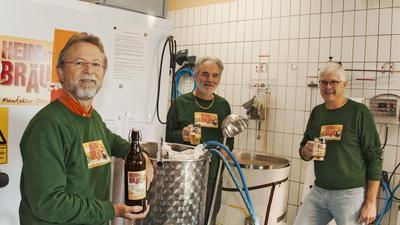 Seit 2018 werden bei der Bierbrau Manufaktur Ottersweier Bierspezialitäten hergestellt. Unser Foto zeigt den Vereinsvorsitzenden Boris Kirschsieper, Schriftführer Linus Maier und den stellvertretenden Vorsitzenden Axel Marin (von links) beim Brauen.